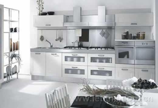 简洁大方的设计,以用家的需求为导向   开放式的厨房设计、斑斓的时尚色彩,各式各样的磁砖地砖。为了让厨房更时尚美观,与众不同,业主进行厨房装修时都会向设计师提出各种各样的时尚美观要求。但设计师指出,凸显厨房的功能性才是厨房装修的核心,各种时尚美观要求如果处理不好会成为厨房的美丽负担,会带来如油烟、部分厨房材料变形等问题。   开放式厨房美观但难清洁   现在业主对厨房的要求越来越高,也越来越注重个性化,所以在户型设计上,为迎合主人需要,设计师多将厨房面积加大,或是直接将厨房与餐厅连为一体。   参观楼