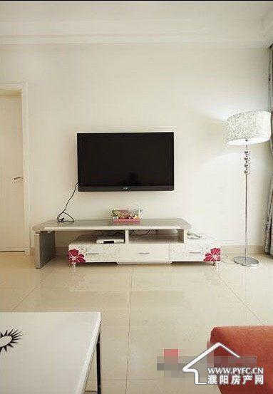 客厅电视墙,超级简单的白色,没有任何繁杂.电视柜是伸缩型 的,很